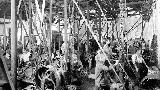 Der stod også børn ved maskinerne, der blev brugt til at fremstile hestesko.