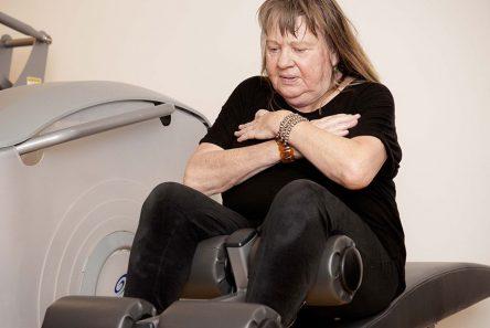 Du behøver ikke gå i fitness-center for at blive mere smidig. Du kan lave nemme strækøvelser hjemme hos dig selv. Foto: Søren Zeuth