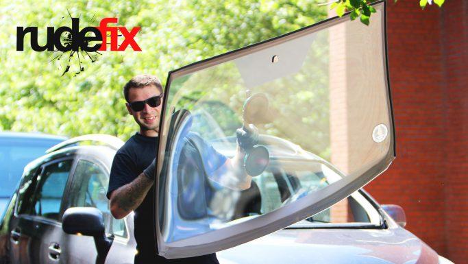 Rudefix skifter din bilrude på din adresse med rabat hos Faglige Seniorer
