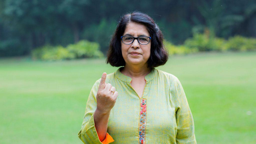 Ældre kvinde med løftet pegefinger