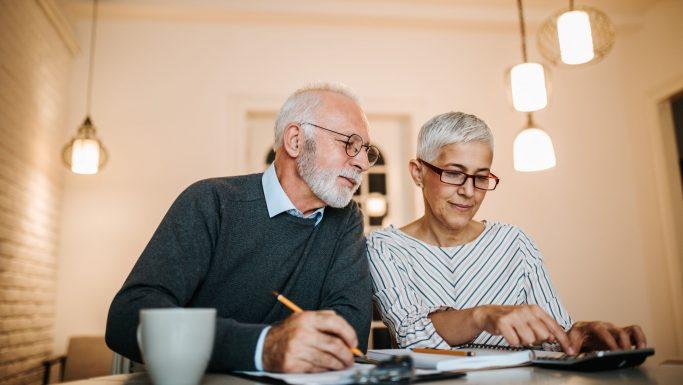 Senior mand og kvinde med blok