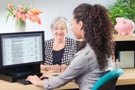 kvinder bank computer glad