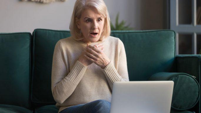 kvinde overrasket computer negative renter
