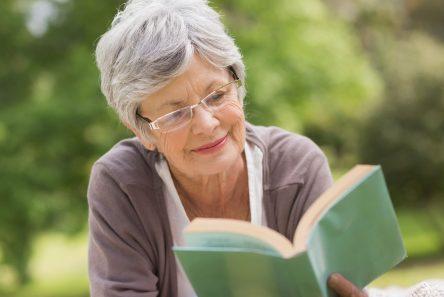kvinde maven tæppe læser bog
