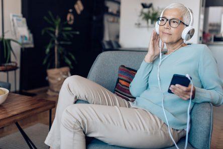 Kvinde stol podcast mobil høretelefoner
