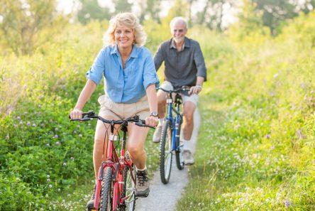 mand kvinde cykler naturen uden cykelhjelm