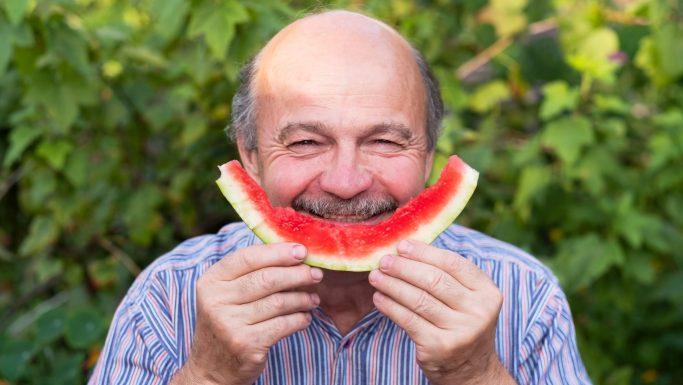 glad mand spiser vandmelon