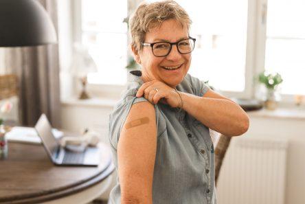 ældre bliver vaccinert